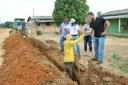 Affonso Cândido acompanha instalação da rede de água no km 7