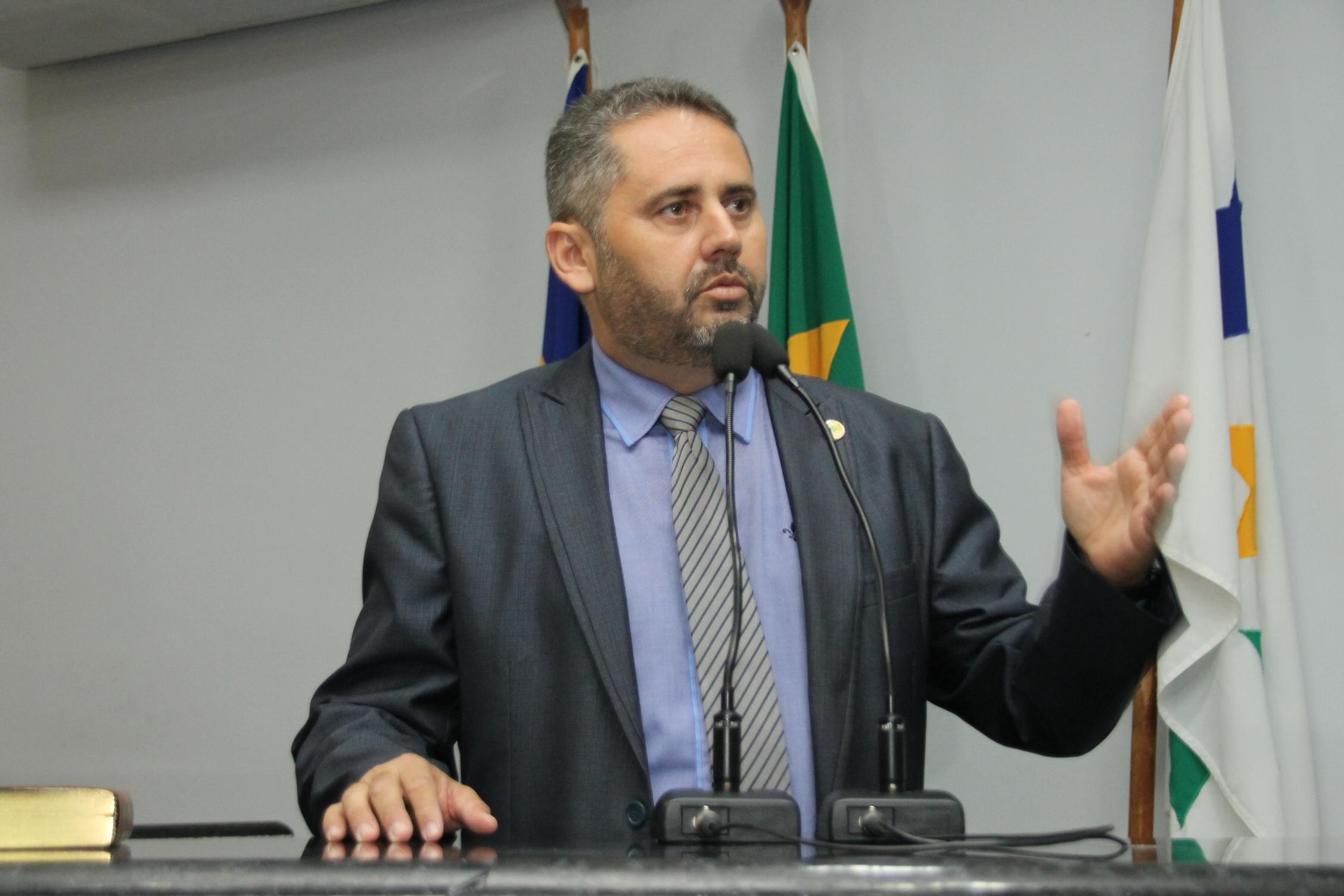 Anel viário recebe placas de sinalização e redutores de velocidades após solicitação de Marcelo Lemos