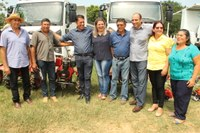 Cláudia de Jesus participa da entrega de equipamentos e veículos