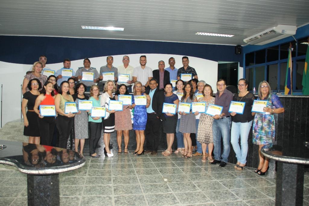 Lorenil Gomes homenageia educadores de escolas estaduais