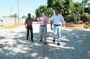 Vereadores e deputado acompanham obra de pavimentação